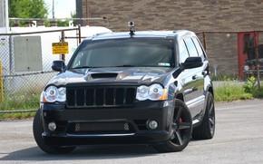 Картинка машина, улица, фары, тюнинг, камера, капот, внедорожник, SRT8, спереди, tuning, колёса, SRT, Jeep, Jeep Grand …