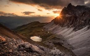 Картинка небо, солнце, облака, лучи, горы, природа, туман, камни, рассвет, холмы, склоны, вершины, высота, даль, утро, …