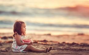 Картинка песок, море, взгляд, берег, раковина, ракушка, девочка, малышка, ребёнок, Edie Layland