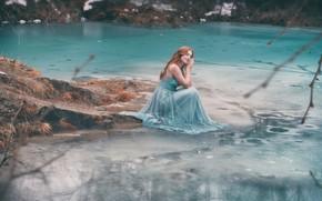 Картинка вода, девушка, поза, озеро, платье, рыжая