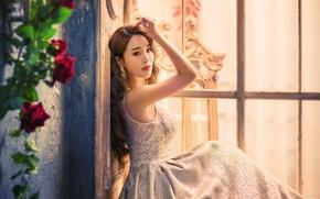 Картинка взгляд, девушка, свет, цветы, поза, стена, портрет, розы, руки, платье, окно, наряд, азиатка, сидит, фотосессия