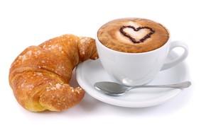 Картинка завтрак, ложка, чашка, белый фон, напиток, сердечко, капучино, блюдце, пенка, круассан