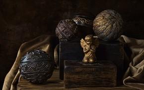 Картинка старина, поза, ретро, темный фон, шары, узор, доски, ткань, позолота, натюрморт, орнамент, предметы, фигурка, деревяшки, …