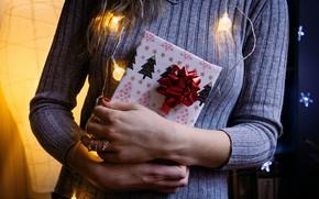Картинка зима, девушка, праздник, подарок, руки, Рождество, Новый год, новогодние украшения, новогодние декорации