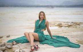 Картинка пляж, блондинка, ножки, боке, платье зелёное