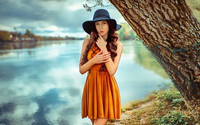 Картинка взгляд, природа, поза, река, дерево, модель, портрет, шляпа, макияж, платье, прическа, шатенка, стоит, боке, на …