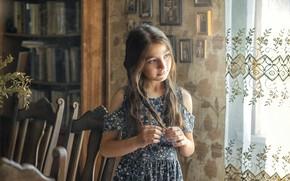 Картинка девочка, взгляд, ребёнок, комната, задумчивость, русая, шкаф, занавеска, стулья, платье