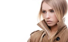 Картинка портрет, плащ, блондинка, красотка, прическа, макияж, белый фон, крупный план