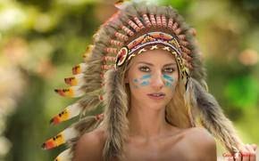 Картинка взгляд, украшения, поза, стиль, фон, модель, портрет, перья, макияж, прическа, блондинка, мех, красотка, боке, головной …