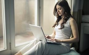 Картинка девушка, волосы, окно, ноутбук