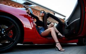 Картинка машина, авто, девушка, поза, пистолет, оружие, ноги, очки, Андрей Суровый