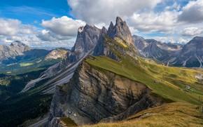 Обои небо, трава, облака, горы, синева, обрыв, скалы, склоны, вершины, вид, высота, Италия, домики, леса, поселение, ...