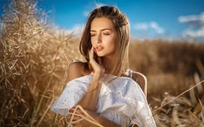 Обои поле, небо, трава, солнце, портрет, макияж, платье, прическа, шатенка, красотка, в белом, на природе, позирует, ...
