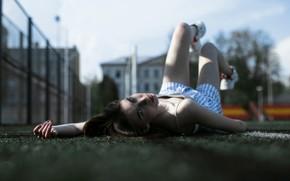 Картинка девушка, лежит, веснушки, на земле, Velvet Morris, Настя Харкевич