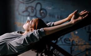Картинка девушка, перила, лежит, Никита Ильичёв