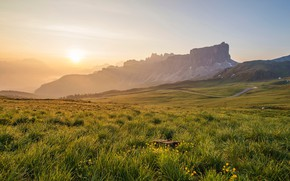 Картинка зелень, поле, лето, небо, трава, солнце, свет, цветы, горы, туман, скалы, рассвет, холмы, поляна, склоны, …