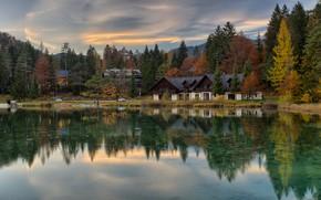 Картинка осень, лес, небо, облака, деревья, пейзаж, озеро, отражение, берег, дома, Азия, домики, водоем, водная гладь, …