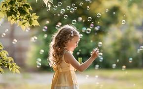 Картинка лето, листья, ветки, природа, игра, платье, мыльные пузыри, девочка, ребёнок, Георгий Дьяков