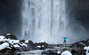 Картинка девушка, снег, скала, камни, водопад, Канада, Canada, Brandywine Falls