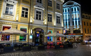 Картинка ночь, огни, улица, стулья, дома, фонари, мостовая, столики, Рига, Латвия, Riga
