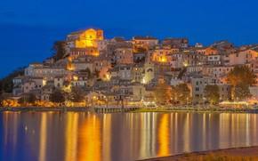Картинка озеро, здания, дома, Италия, ночной город, Italy, Lazio, Anguillara Sabazia, Lake Bracciano, Озеро Браччано, Ангвиллара-Сабация