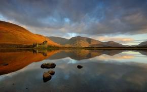Картинка осень, небо, облака, горы, озеро, отражение, камни, замок, холмы, берег, Шотландия, дымка, архитектура, водоем, средневековый, …