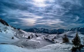 Картинка зима, лес, небо, солнце, облака, лучи, свет, снег, горы, холмы, склоны, вершины, вид, ели, рельеф, …