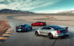 Картинка небо, облака, горы, машины, холмы, купе, поворот, спортивная, трек, Ford Mustang Shelby GT500, гоночная трасса