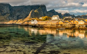 Обои небо, вода, облака, отражения, пейзаж, горы, природа, скалы, берег, вершины, дно, лодки, Норвегия, домики, водоем, ...