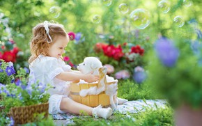 Картинка пена, радость, цветы, настроение, купание, мыльные пузыри, девочка, щенок, кадка, боке