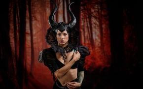 Картинка лес, девушка, стиль, готика, женщина, портрет, платье, демон, декольте, рога, образ, ведьма, готесса, нечистая сила