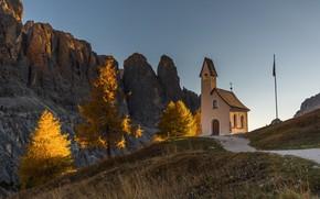 Картинка осень, небо, свет, деревья, горы, скалы, голубое, вершины, высота, желтые, Альпы, холм, часовня, золотая осень, …
