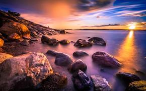 Картинка фиолетовый, небо, солнце, облака, лучи, пейзаж, закат, природа, озеро, камни, краски, берег, цвет, насыщенный, вечер, …