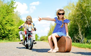 Картинка дорога, мальчик, платье, очки, мотоцикл, девочка, чемодан