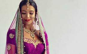 Картинка девушка, украшения, улыбка, фон, портрет, серьги, ожерелье, макияж, платье, брюнетка, прическа, наряд, красотка, платок, индианка