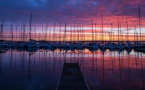 Картинка небо, облака, закат, отражение, лодки, вечер, причал, пирс, сумерки, мостик, катера, мостки, водоем, много, парусные, …