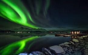 Картинка зима, небо, снег, горы, ночь, огни, камни, берег, звёзды, северное сияние, Норвегия, залив, домики, Norway