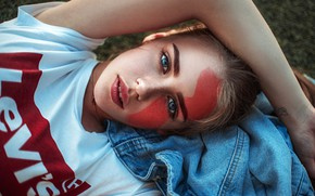 Обои взгляд, девушка, поза, портрет, макияж, майка, прическа, лежит, красивая, раскраска, на траве, боке, джинсовка, Саша ...