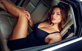 Картинка взгляд, секси, поза, модель, портрет, макияж, фигура, платье, прическа, шатенка, ножки, автомобиль, сидит, в машине, …