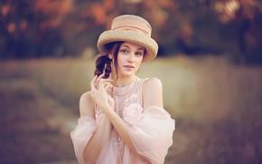 Картинка девушка, природа, платье, брюнетка, шляпка, плечи, локоны, Таня Маркова