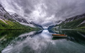 Обои облака, горы, пасмурно, лодка, водоем, берега, лодочка