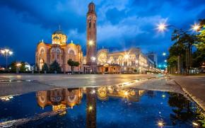 Обои дорога, небо, облака, деревья, ночь, огни, часы, башня, дома, фонари, церковь, лужи, храм, архитектура, Босния ...