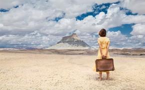 Картинка песок, небо, девушка, облака, пустыня, гора, платье, чемодан