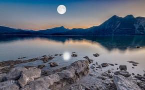 Картинка лес, небо, горы, ночь, озеро, отражение, камни, луна, берег, вершины, дымка, лунный свет, сумерки, полнолуние, …