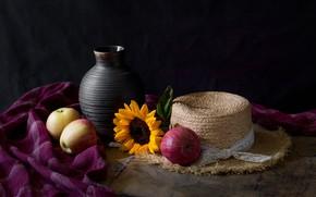 Картинка цветок, темный фон, стол, яблоки, подсолнух, шляпа, ткань, натюрморт, предметы, соломенная, керамика, крынка