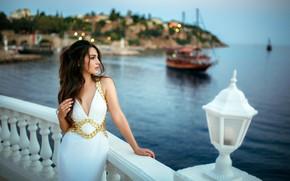 Картинка море, пейзаж, огни, поза, берег, модель, портрет, вечер, макияж, фигура, платье, прическа, шатенка, стоит, красивая, …