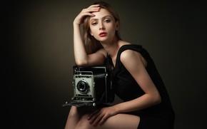 Картинка девушка, поза, стиль, фон, портрет, руки, макияж, платье, фотоаппарат, Сергей Мартынов, Настя Панова