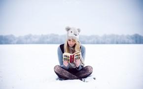 Картинка зима, девушка, снег, шапка, книга, сидит