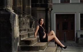 Картинка девушка, поза, здания, платье, брюнетка, лестница, туфли, ступени, Dariusz Borodzicz