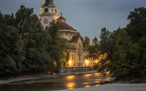 Картинка деревья, город, река, здание, вечер, Германия, Мюнхен, освещение, купола, Мюллеровские бани